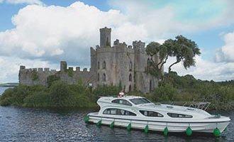 Imbarcazione Emerald Star davanti all'Isola di Castel sul Lough Key