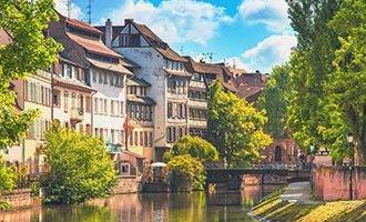 Il canale navigabile d'estate, vicino a Strasburgo